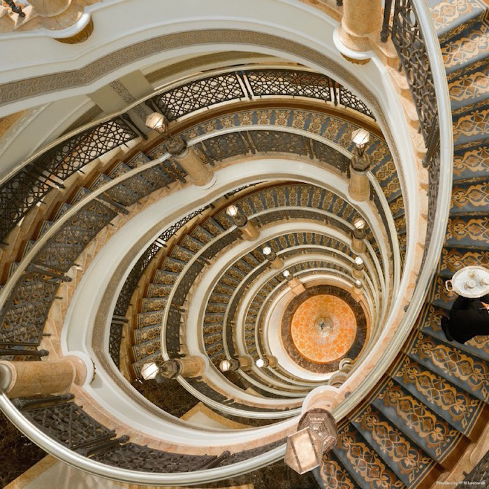 Escaleras del lujoso hotel en Emiratos Árabes.