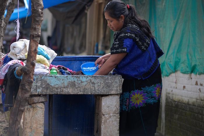 Una mujer de la comunidad de tzotziles lava ropa el 8 de agosto de 2020 en San Cristóbal de las Casas en el estado de Chiapas (México).