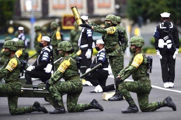 Una demostración de militares en el Zócalo.
