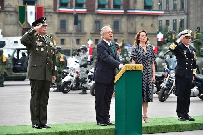 El Presidente, su esposa, y los secretarios de la Defensa y de Marina.