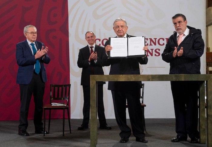 El Presidente Andrés Manuel López Obrador firmó esta mañana el documento para solicitar la consulta que busca enjuiciar a los expresidentes.