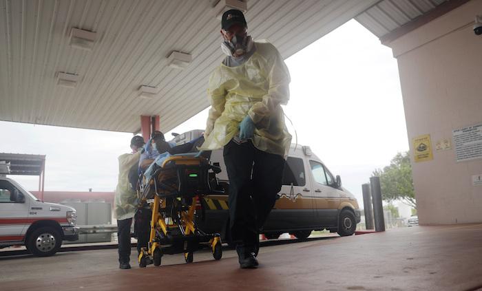 En esta foto del 28 de julio del 2020, un hombre llega al Starr County Memorial Hospital en Río Grande City, Texas.