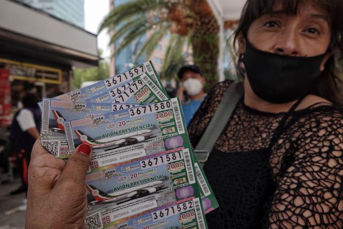 Una mujer vende boletos para el sorteo afuera del edificio de la Lotería Nacional en la Ciudad de México.