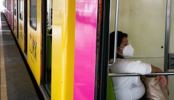 metro-cdmx-mujer-sentada-cubrebocas