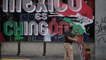 hombre-trabaja-letrero-mexico-chingon