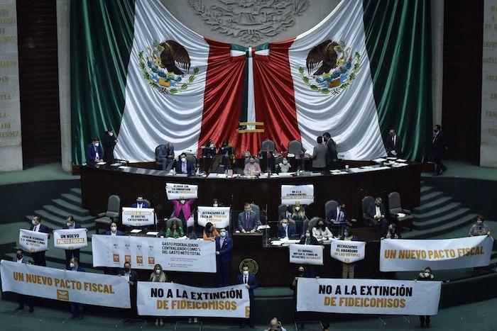 Integrantes del grupo parlamentario de Movimiento Ciudadano protestan durante la comparecencia de Arturo Herrera, Secretario de Hacienda y Crédito Público, ante el pleno de la Cámara de Diputados.